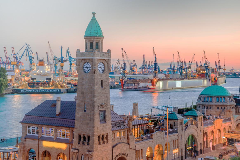 Der Hafen von Hamburg während der Abendstunden.