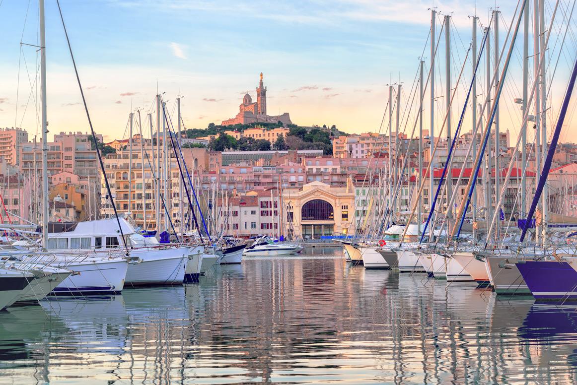 Der Hafen von Marseille, im Hintergrund ist Notre-Dame de la Garde zu sehen.