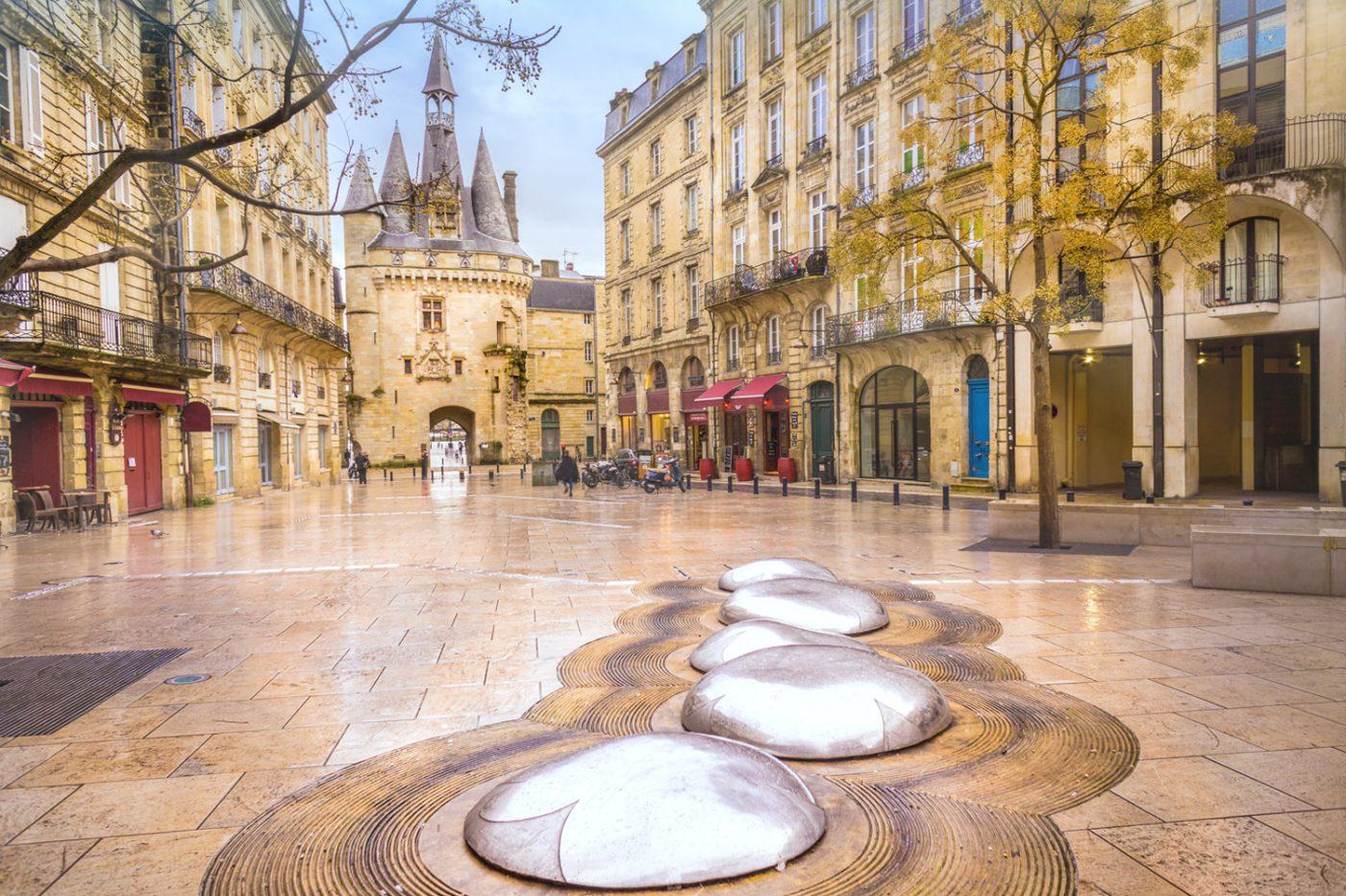 Ein früheres Stadttor von Bordeaux, Porte Cailhau, und die umgebende Fußgängerzone.