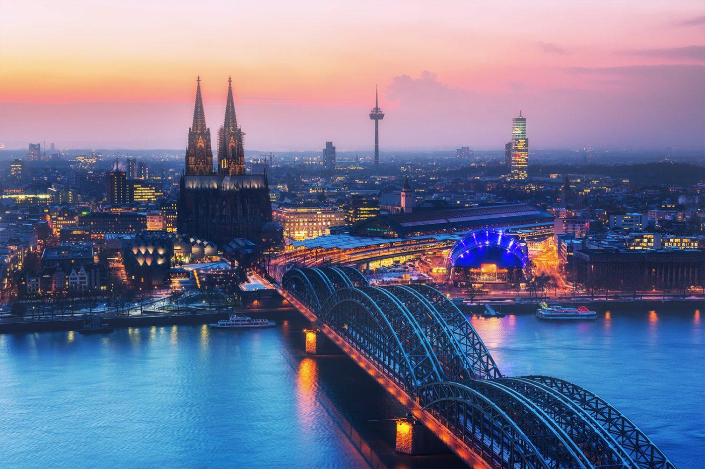 Ein Blick aus der Vogelperspektive auf Köln bei Nacht.