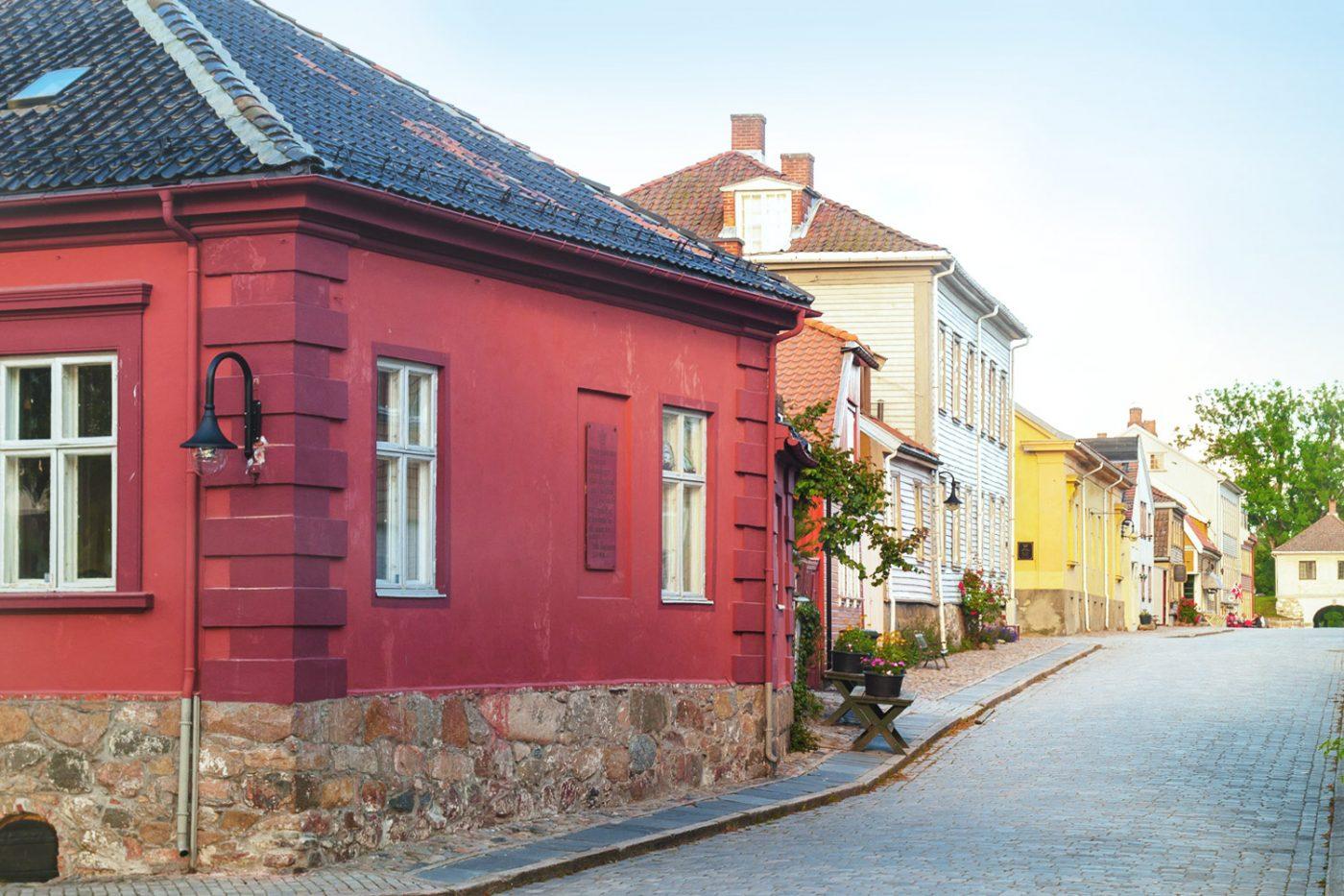 Bunter Häuser in eine kleinen Kopfsteinpflaster-Straße in Fredrikstad.