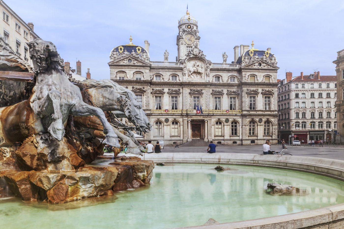 Der Brunnen von Bartholdi und das Rathaus am Olace des Terreaux in Lyon, Frankreich.