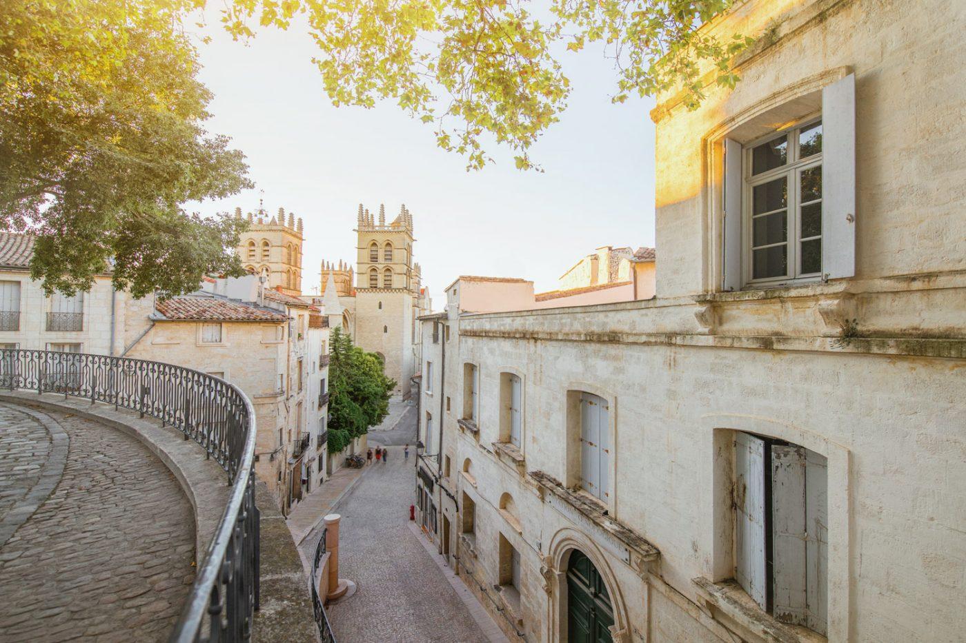 Der Blick von oben auf eine Straße in Montpellier, Frankreich.