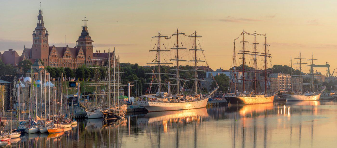 Große Segelschiffe sind von der Hakenterasse in Stettin zu sehen.
