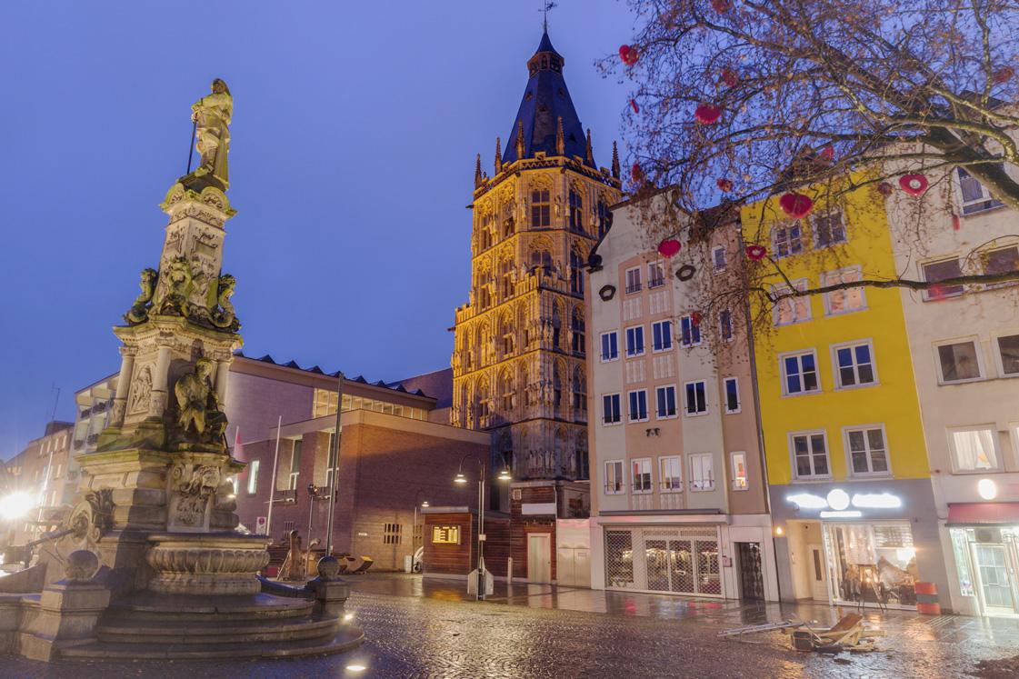 Das Rathaus in Köln bei Nacht.