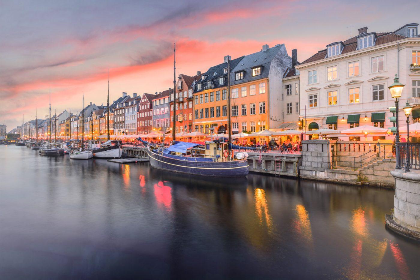Schiffe und Häuser am Wasser in Kopenhagen, Dänemark.