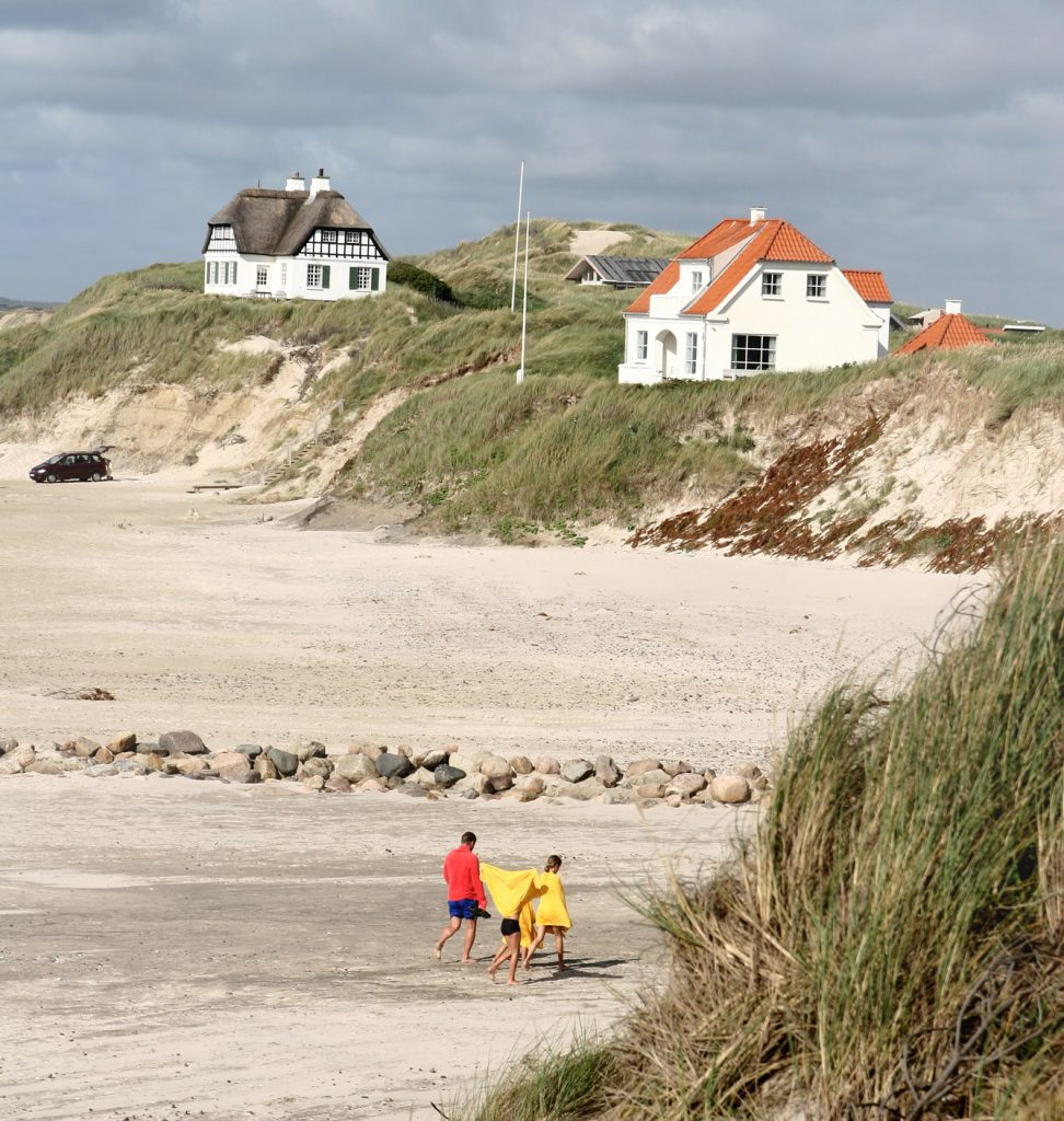 Eine Familie am Strand von Dänemark.