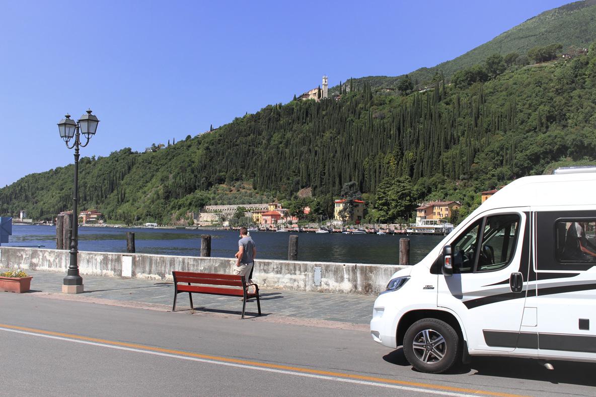 Ein Wohnmobil am Gardasee.