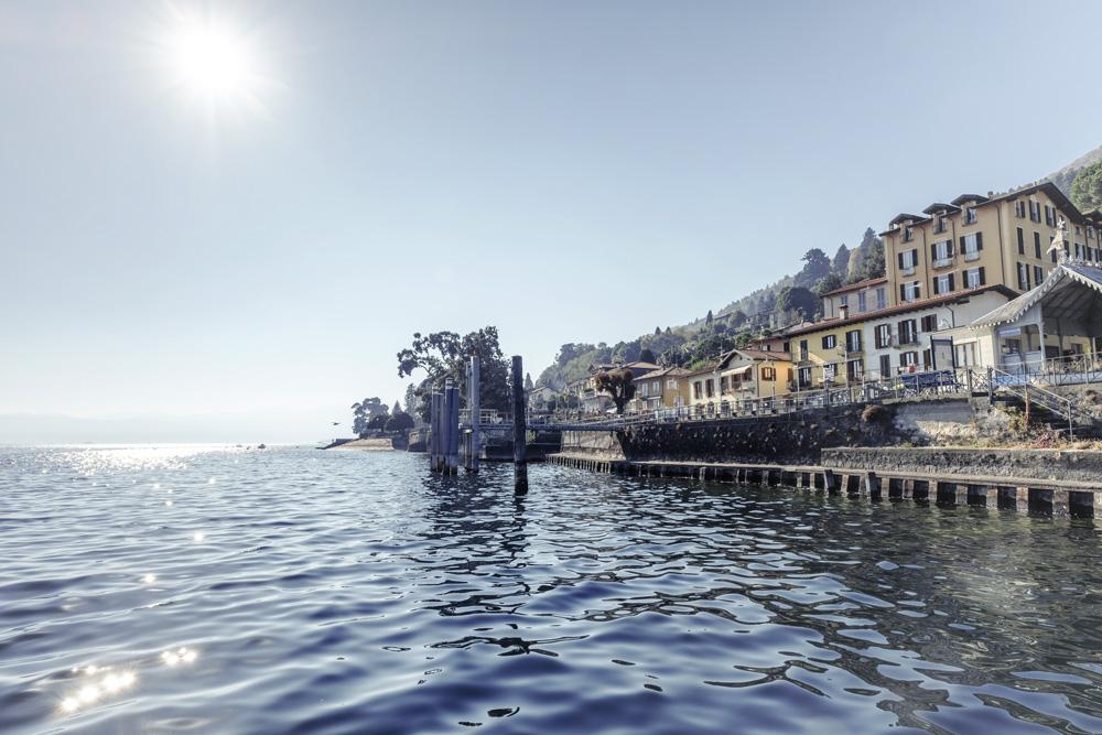 Einige Häuser direkt am Wasser in Ghiffa, Italien.