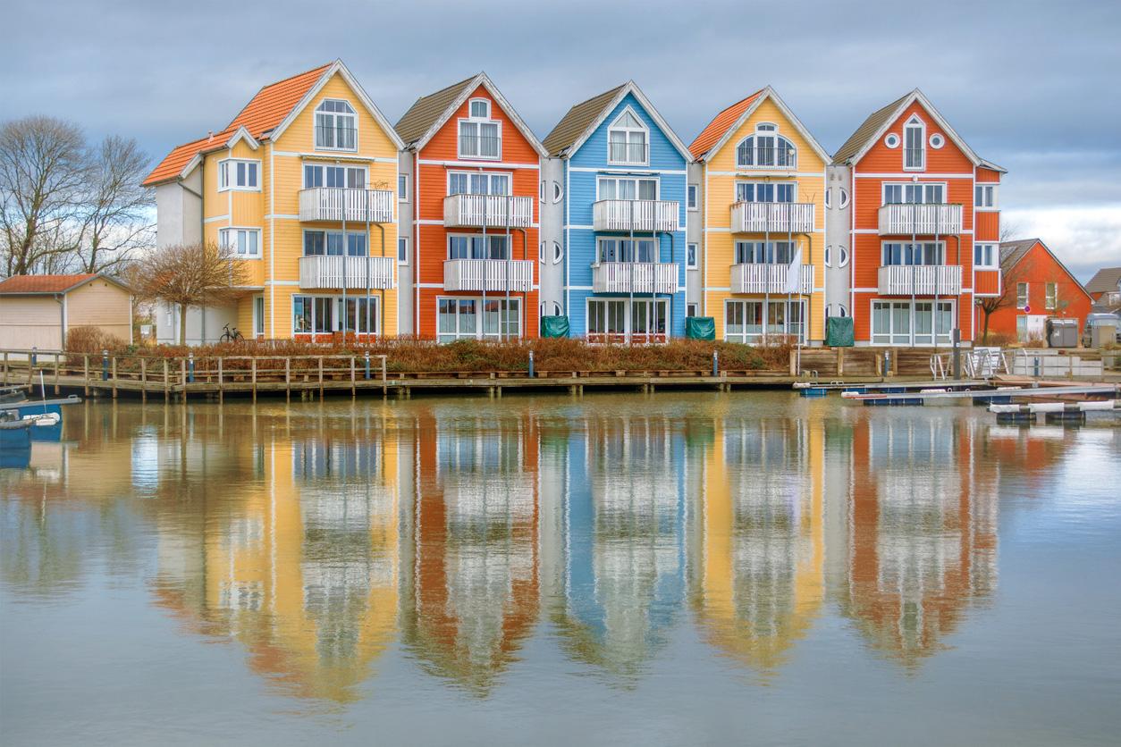 Bunte Häuser am Wasser in Greifswald.