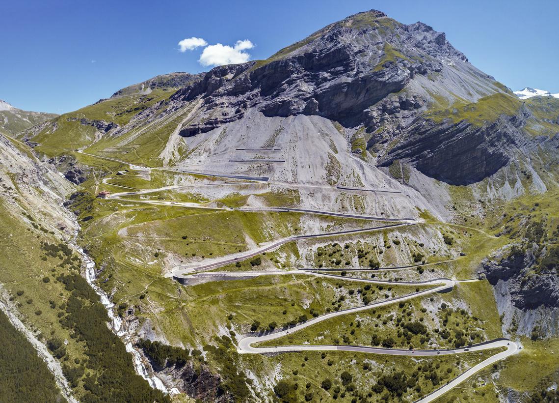 Serpentinenstraße an einem in der Lombardei in Italien.