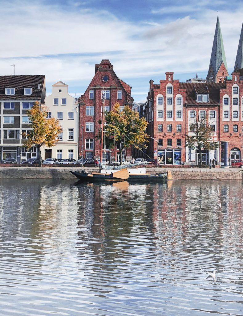 Gebäude am Wasser in Lübeck.