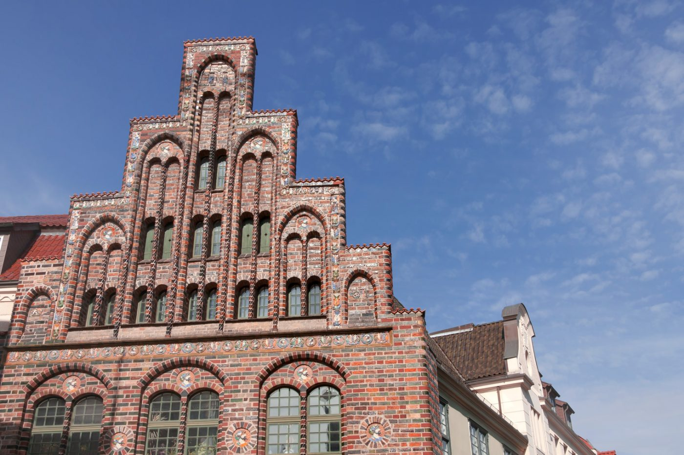Der Giebel des Kerkhoffhauses in Rostock.
