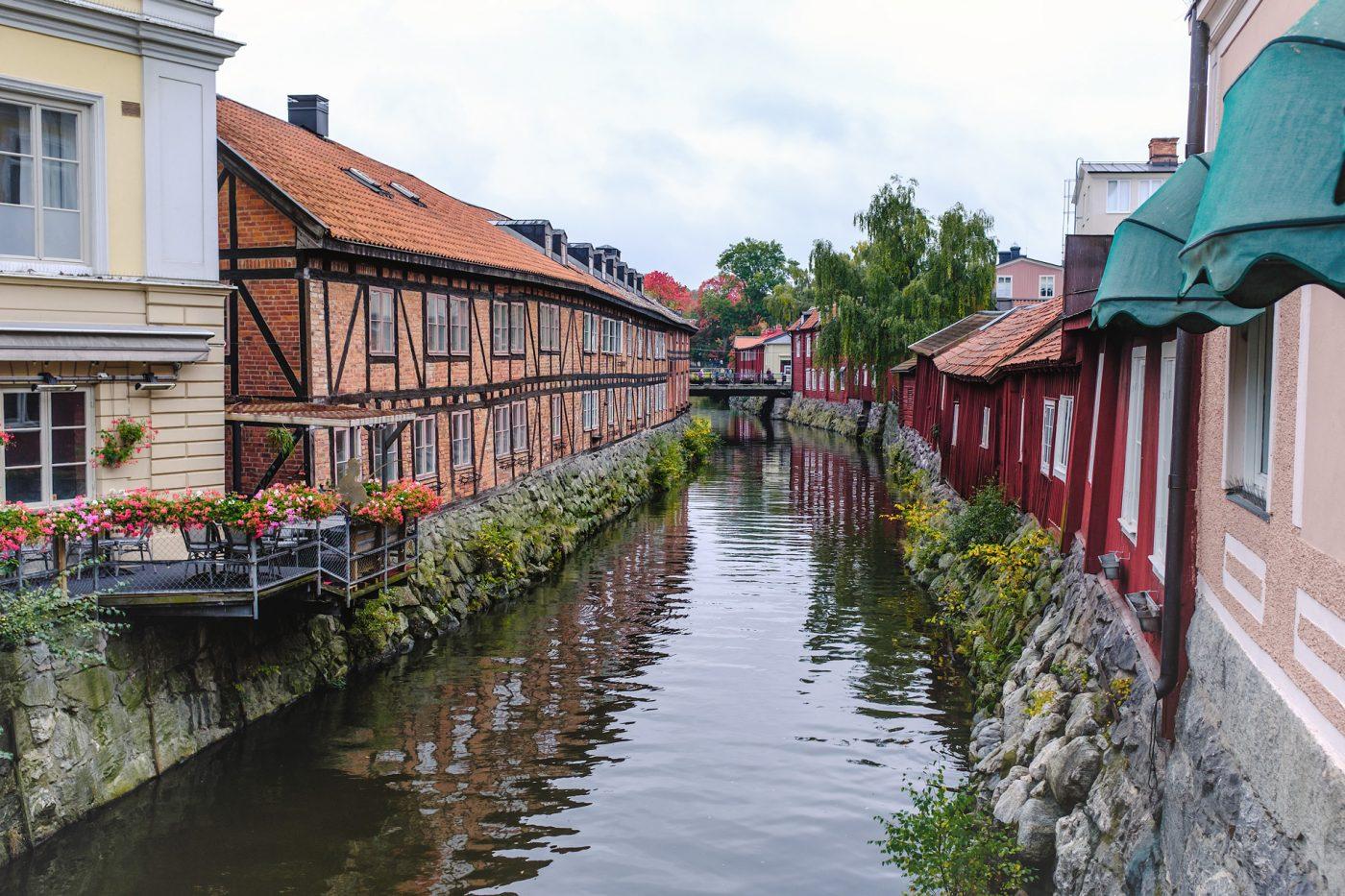 Ein von bunten Häusern gesäumter Kanal in Västerås, Schweden.