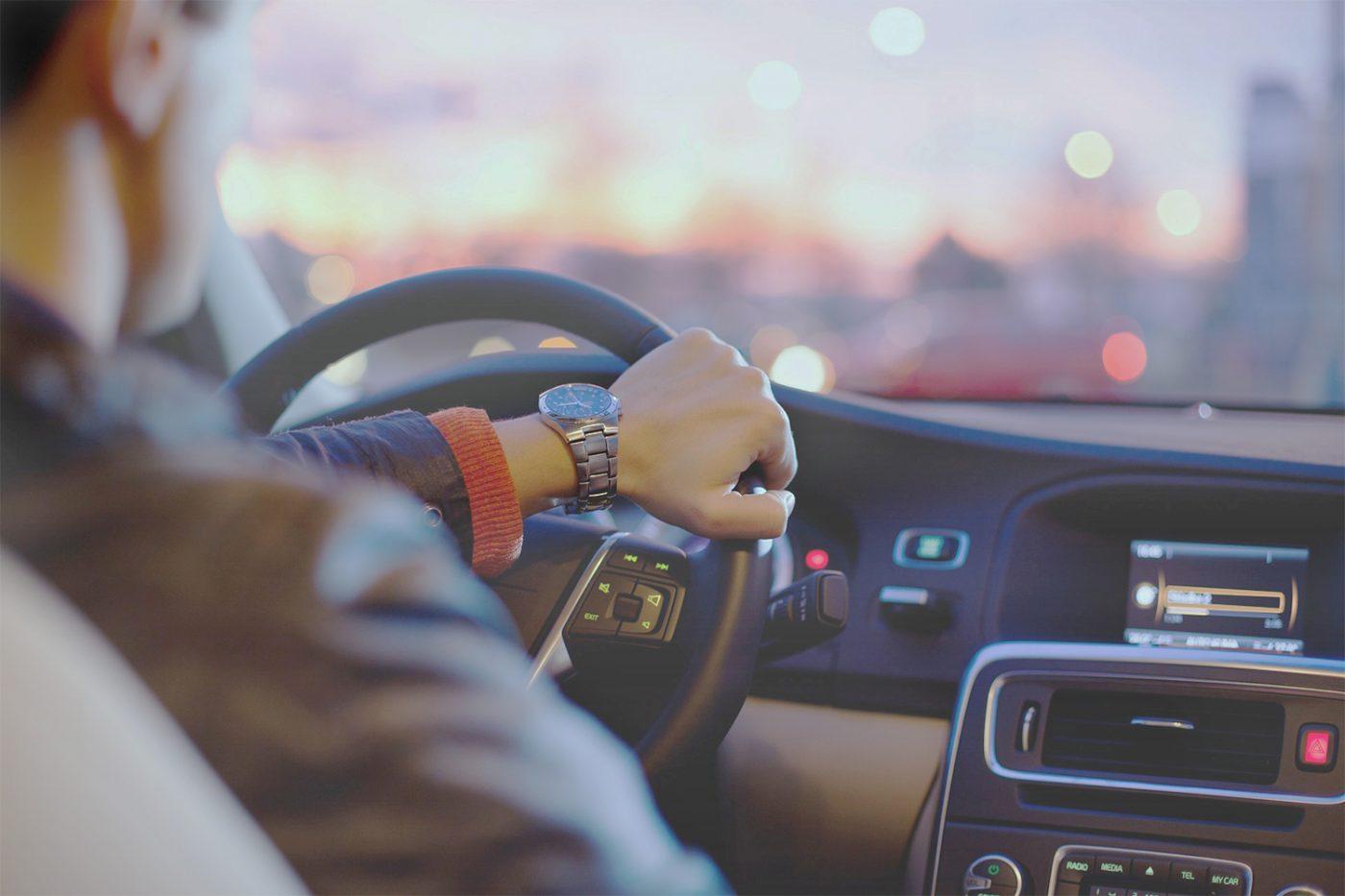 Fahrer am Lenkrad eines Autos.