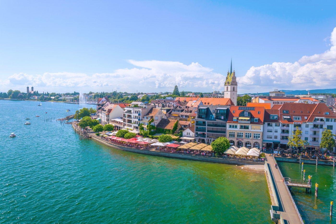 Ein Blick aus der Vogelperspektive auf eine Stadt in der Bodenseeregion