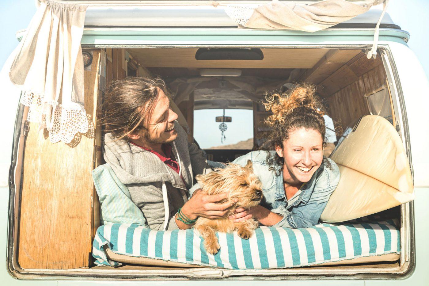 Junges Paar auf dem Campingplatz im Wohnmobil.