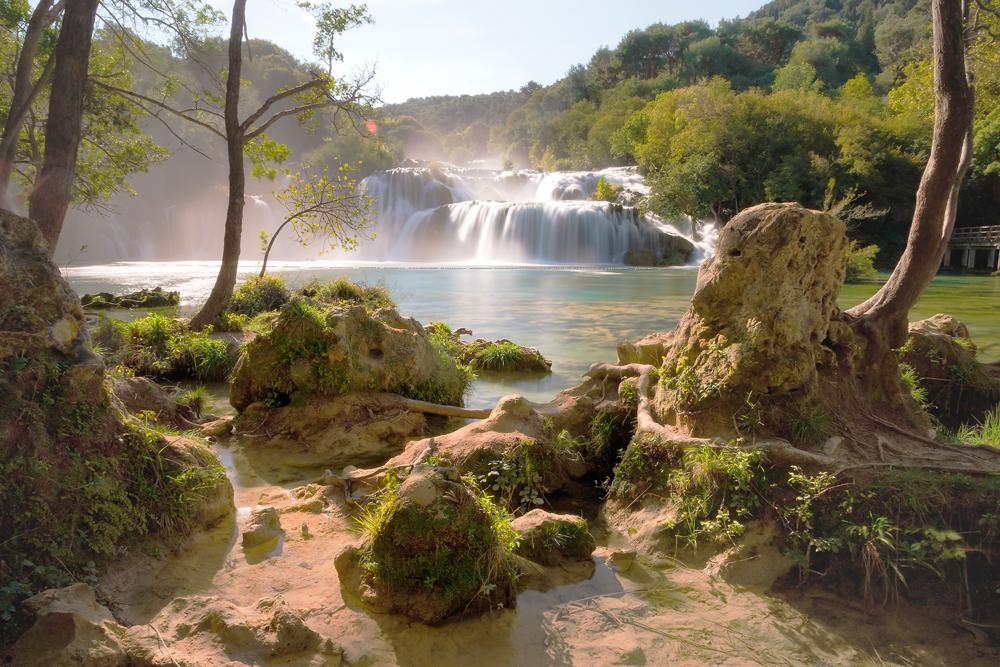 Ein Wasserfall und See im Krka Nationalpark in Kroatien.