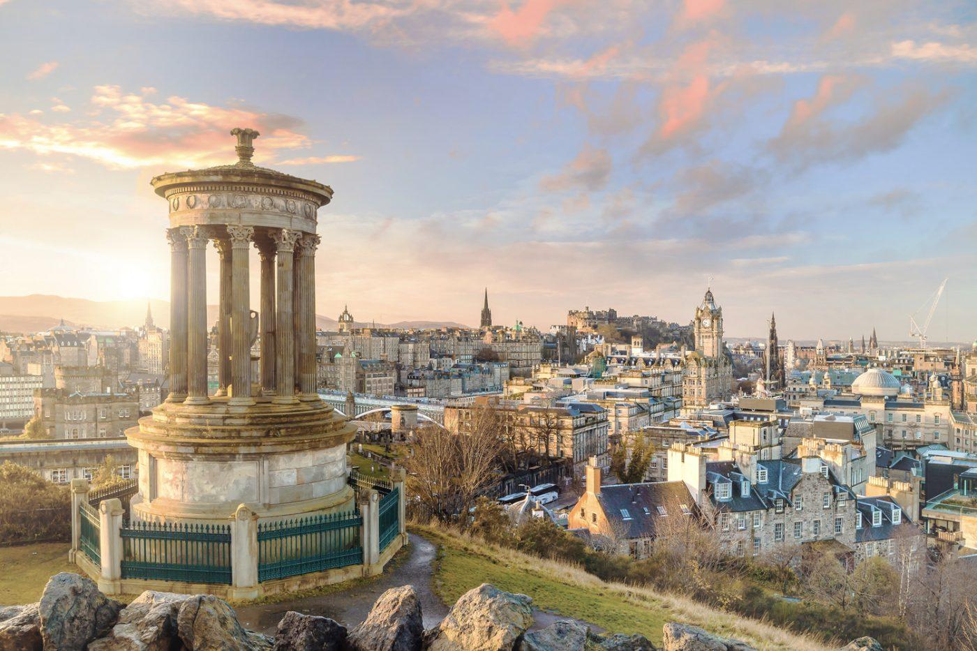 Blick von Oben auf Edinburgh, im Hintergrund sieht man das Edinburgh Castle.
