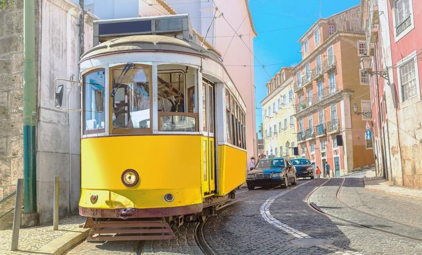 Historische Tram in der Altstadt von Lissabon