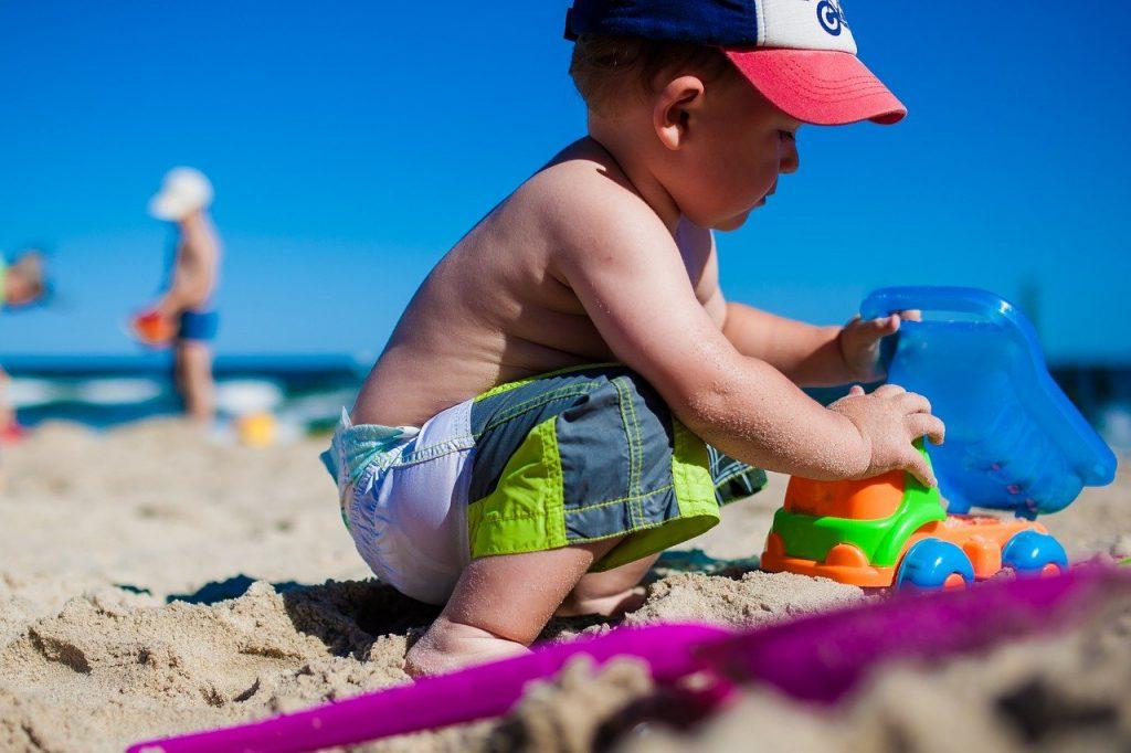 kleinkind spielt am ostsee strand