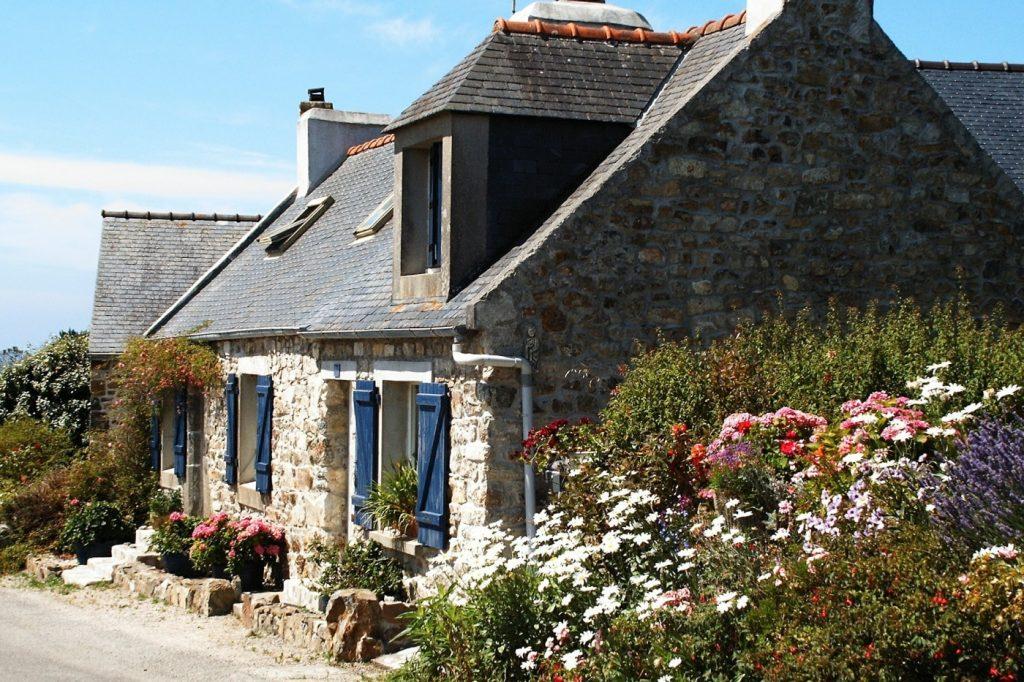 Steinhaus mit Blumen in der Bretagne