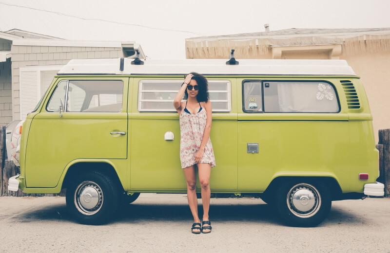 Frau vor grünem VW Bulli