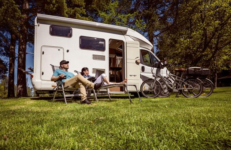 Hundebesitzer entspannen auf Campingplatz