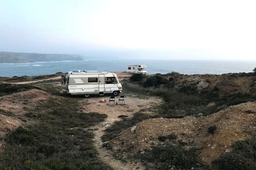 Wohnmobile parken am Meer auf einer Klippe