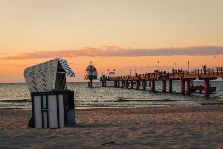Strandkorb an Ostseeküste im Sonnenuntergang