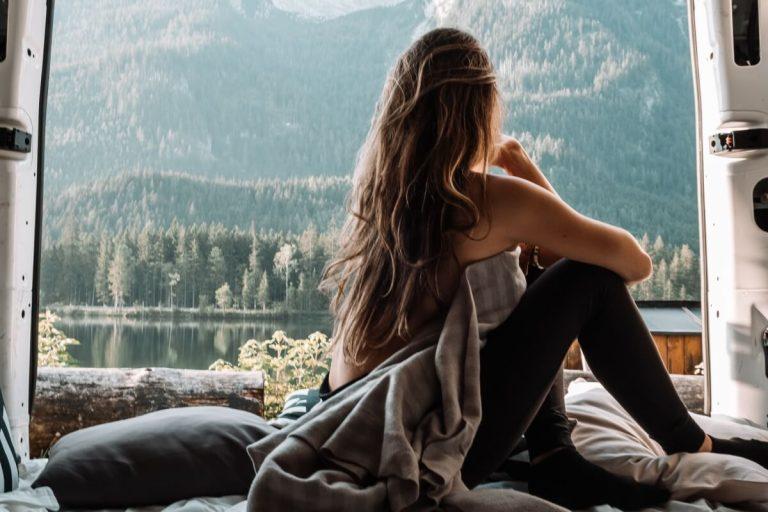Als Frau allein im Camper verreisen: Das gibt's zu beachten